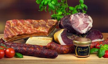 Mäso a mäsové špeciality najvyššej kvality z vlastnej produkcie azo slovenských EKO fariem: bravčové, hovädzie, hydinové mäso a mäsové špeciality, šunky, salámy, zabíjačkové špeciality, paštéty, konzervy