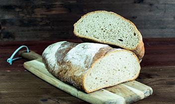Dlhý pšeničný chrumkavý chlebík a špaldový tmavý chlebík pečený u nás na dreve v klasickej peci
